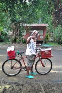 Fahrradfahren-Südkaribik_Pati-Verkäufer-am-Fahrrad_Foto-Christine_15-11-2017