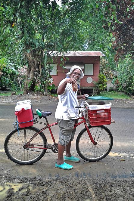 Fahrradfahren Südkaribik Pati-Verkäufer am Fahrrad