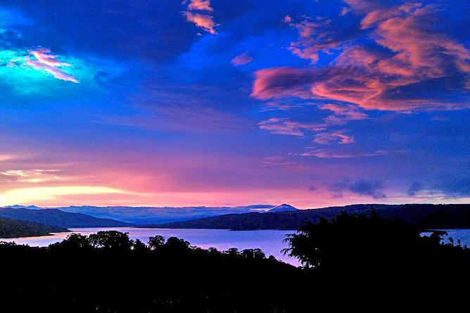 Linda Vista Arenal – Abendrot über dem Arenalsee