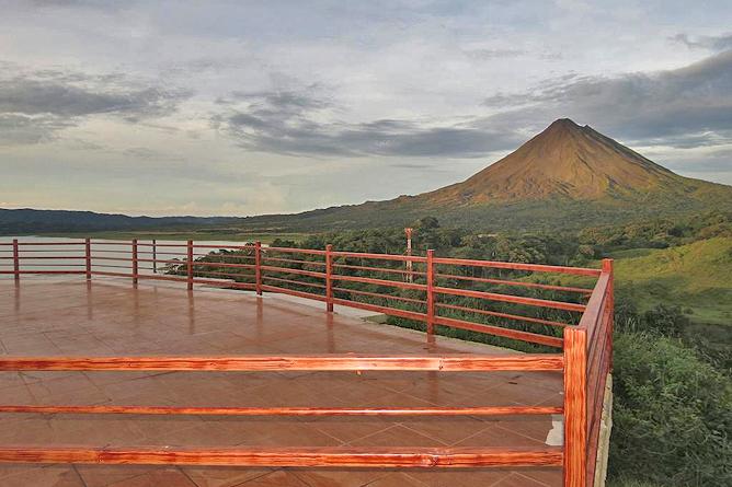Linda Vista Arenal – Aussichtsterrasse mit Blick auf Arenalsee und Vulkan