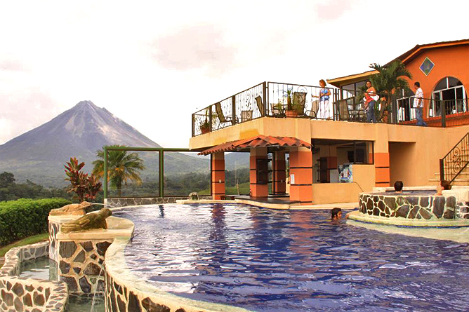 Linda Vista Arenal – Pool mit Vulkansicht