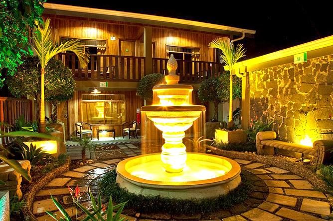 Monteverde Country Innenhof mit Brunnen
