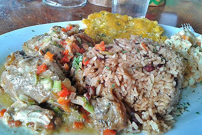 Puerto Viejo Restaurant La Parada Rice and Beans mit Curryhühnchen
