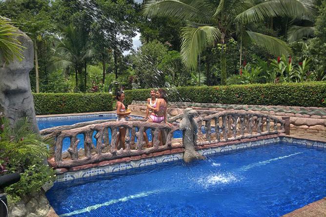 Ara Ambigua Pool mit Brücke