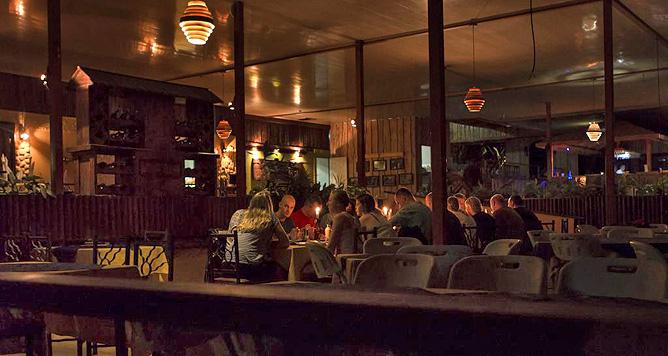 Ara Ambigua Restaurant Abendstimmung