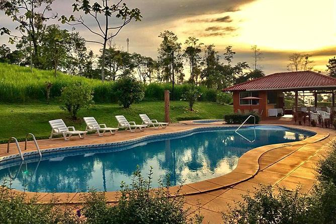 Miradas Arenal Pool