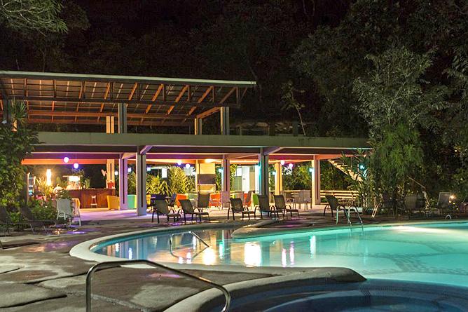 Pachira Lodge – Pool mit Sonnenliegen, Abendstimmung