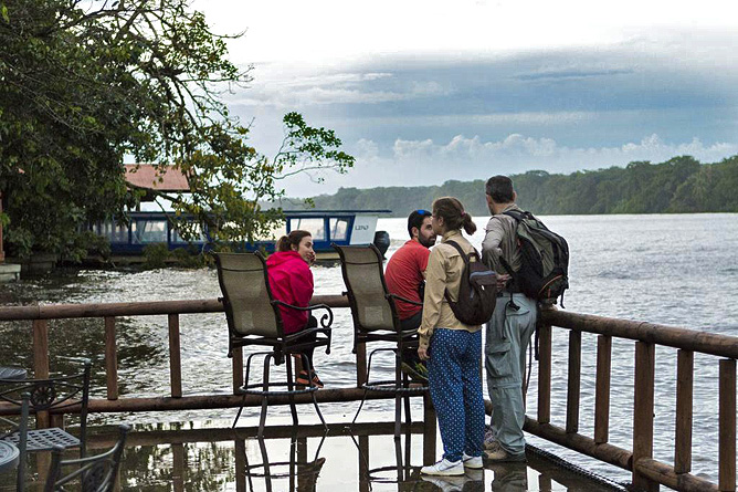 Pachira Lodge – Terrasse zur Naturbeobachtung Kanal