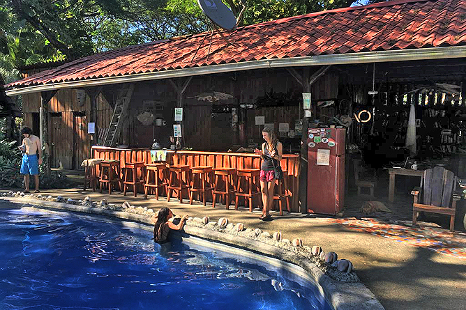 Howler Monkey Pool und Bar