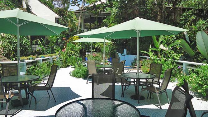 Mandarina Terrasse mit Stühlen Poolbereich
