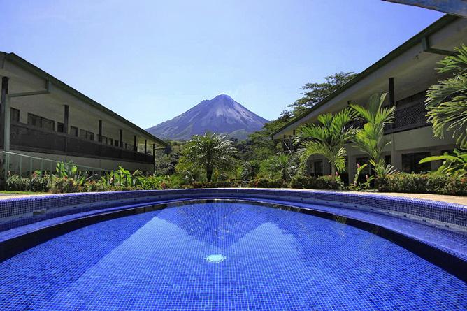 Lavas Tacotal Pool mit Blick auf Vulkan