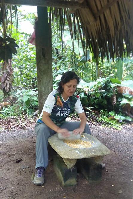 Ngoebe Mais zerkleinern auf Steinsockel