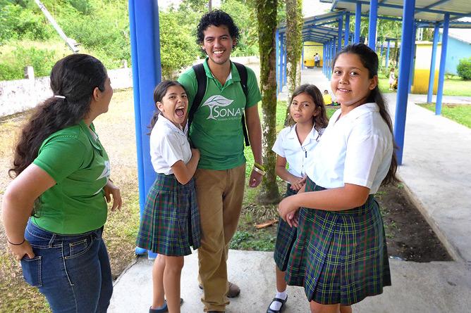 Sonati Luis Guillermo Umwelterzieher Besuch in Santa Maria-Schule La Fortuna