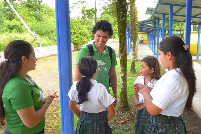 Sonati Luis Guillermo Umwelterzieher Besuch in Santa Maria-Schule