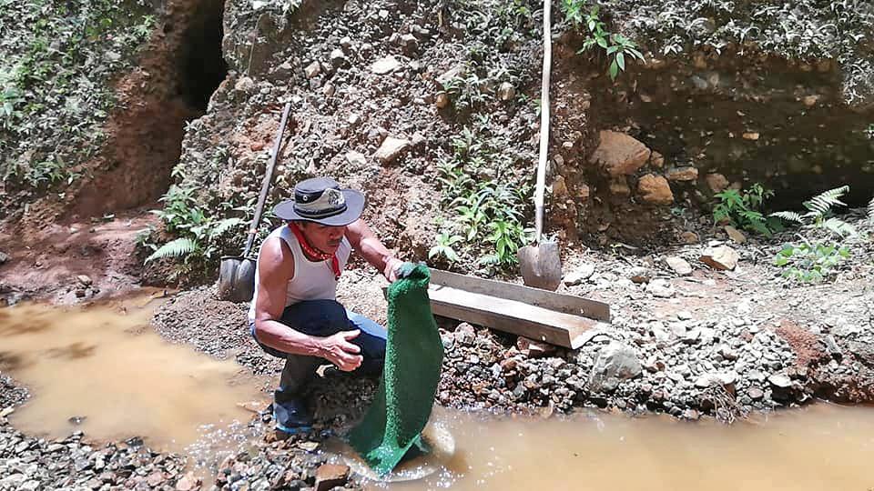 Goldmine Rancho Quemado – Juan Cubillo beim Goldwaschen